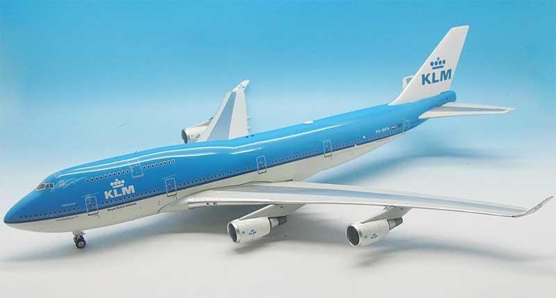 de koninklijke luchtvaart maatschappij klm De koninklijke luchtvaart maatschappij is in 1919 opgericht en de oudste, nog onder haar oorspronkelijke naam opererende luchtvaartmaatschappij ter wereld in 2004 fuseerden air france en klm tot air france-klm ze bedienen 135 bestemmingen en zijn met 30000 medewerkers wereldwijd actief.